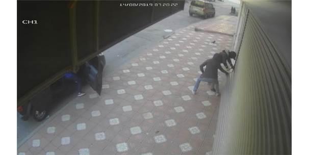 Arnavutköy'de Üç Dakikada 20 Bin Liralık Akü Çalan Şüpheliler Kamerada