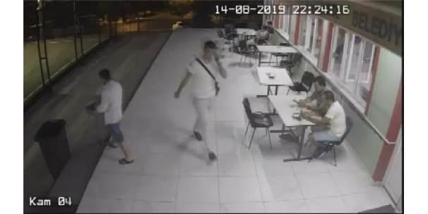 Küçükçekmece'de Halı Saha'da Hırsızlık Yapan Şüpheli Kamerada