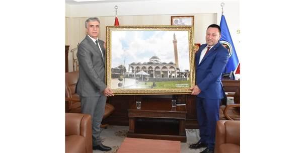 Başkan Beyoğlu'na Yenilenen Kurşunlu Camisi Tablosu