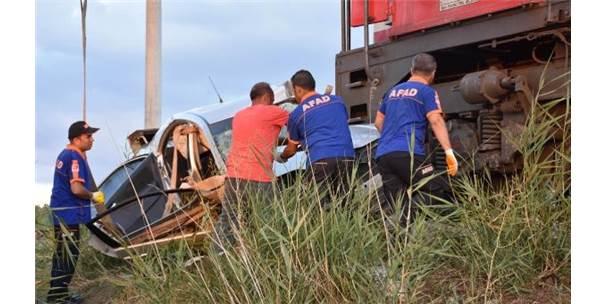 Lokomotif, Otomobile Çarptı: 1 Ölü, 2 Yaralı