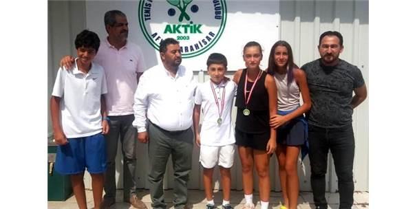 Genç Tenisçiler Madalya İle Döndü