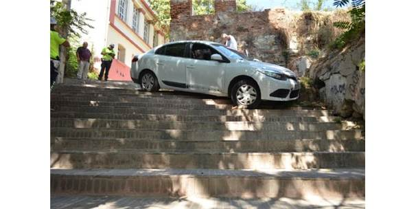 Tekirdağ'da Dikkatsiz Sürücü Merdivenli Yola Girip Kaza Yaptı