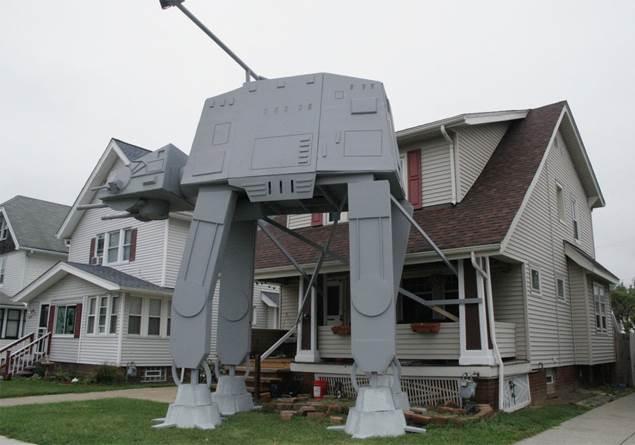 Star Wars hayranı evinin önüne AT-AT walker yaptırdı