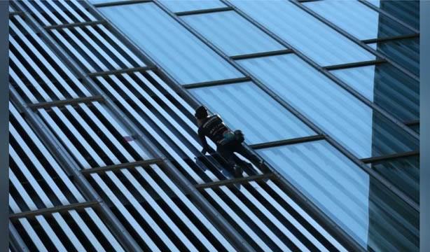 55 yaşındaki örümcek adam Alain Robert binalara tırmanmayı sürdürüyor