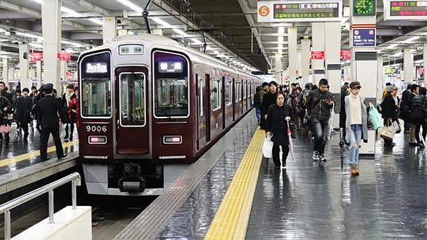 Japonya'da bu kez 25 saniye erken kalkan tren için özür dilendi