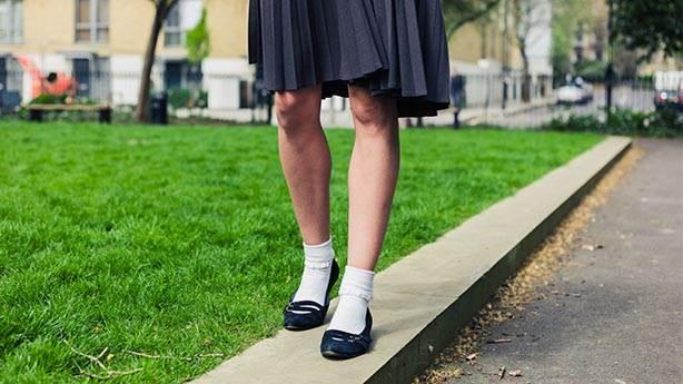 İngiltere'deki 40 okulda kız öğrencilere etek yasağı