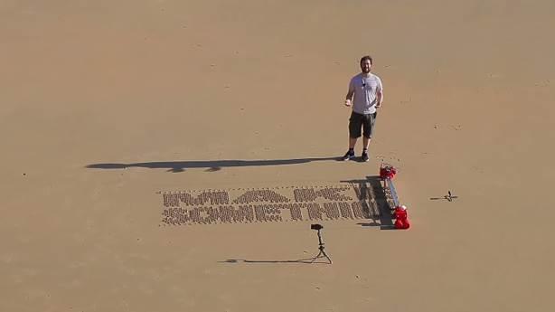 Üşengeç aşıklar için kuma otomatik yazı yazan robot üretildi