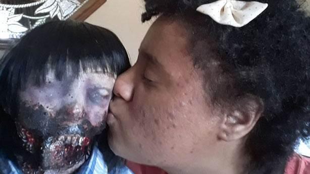 Oyuncak zombi bebeği ile evlenmeye hazırlanıyor