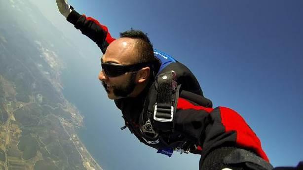 Sahneye paraşütle inen Hayko Cepkin, hibrit düşünebilen bir şov insanı