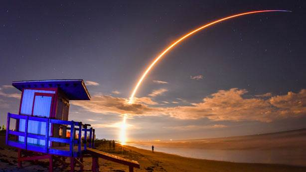 SpaceX, Ay'a göndereceği turisti tanıtacak