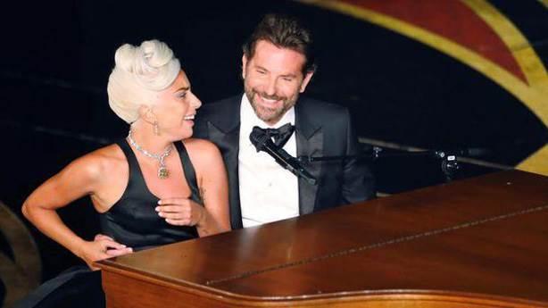 Bradley Cooper'a aşkla bakan Lady Gaga, aşk filmlerinin esas kızı olur mu?