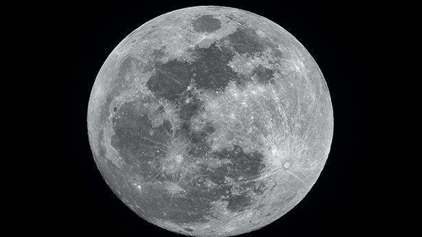 Ay'ın yüzeyinde bulunan su neyi değiştirir?