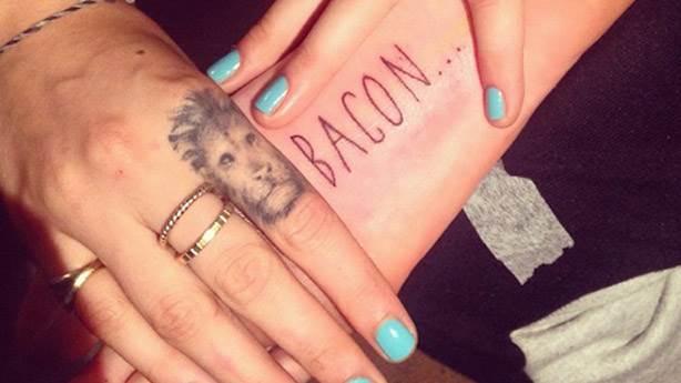 10. Sağ bileğinde 'BACON' yazıyor