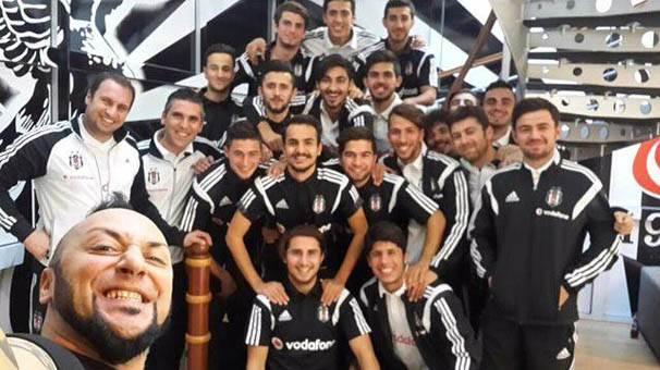 Beşiktaş aşkı sahne şovuna nasıl dönüşür?