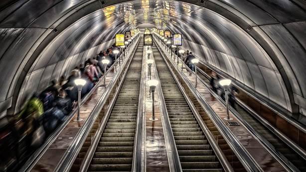 5- Yürüyen merdivenlerin solunda durmak