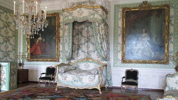 Bir tiyatro sahnesi olarak kralın yatak odası