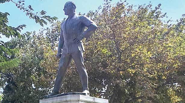 10- İlk Atatürk heykeli