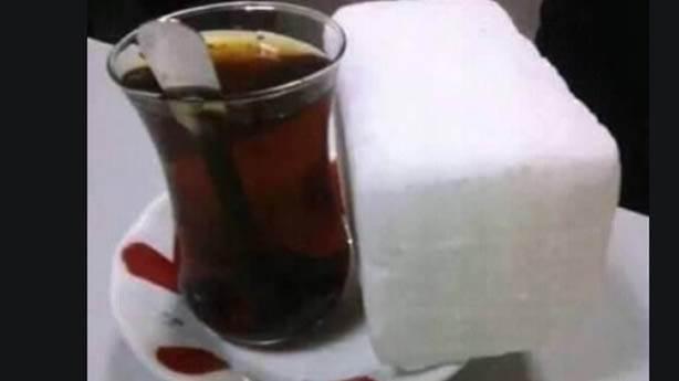 Şekersiz çay içmekle övünmek