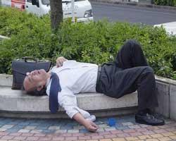 Her yerde uyuyabilen Japonlar!
