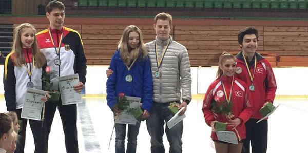Artistik buz pateninde Çağla ve Berk çifti Türkiye ilk madalyasını kazandırdı