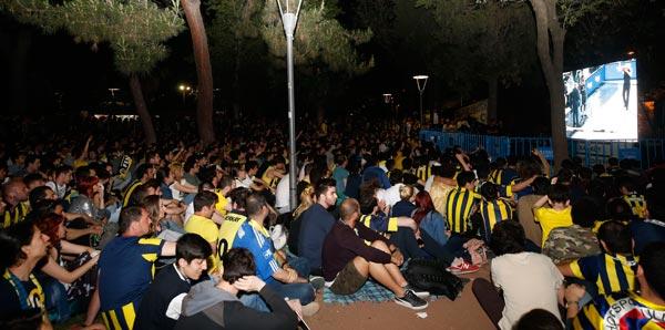 Fenerbahçeliler, finali meydanlarda izledi!