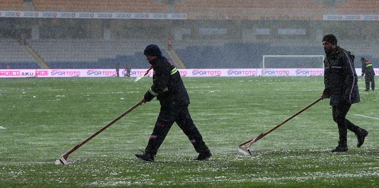 Medipol Başakşehir - Bursaspor maçını kar yağışı tatil etti!
