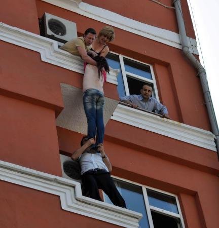 Ölmek istedi, otel müşterileri kurtardı