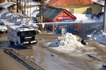 Yüksekova karıştı: 3 polis ve 1 çocuk yaralı