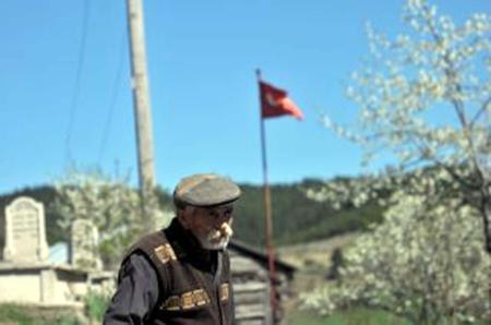 Şehit oğlunun mezası nedeniyle köyünü terk etmedi