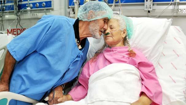 Yaşlı çiftin duygulandıran aşkı