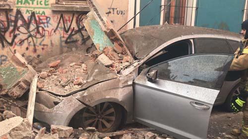 Son dakika: Fatih Balat'ta 4 katlı bir bina çöktü!
