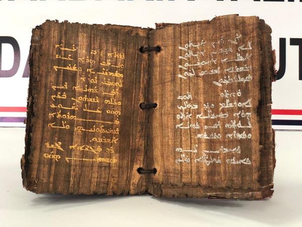Tam 1300 yıllık, altın ve gümüş yazmalı... Suçüstü basıldılar!