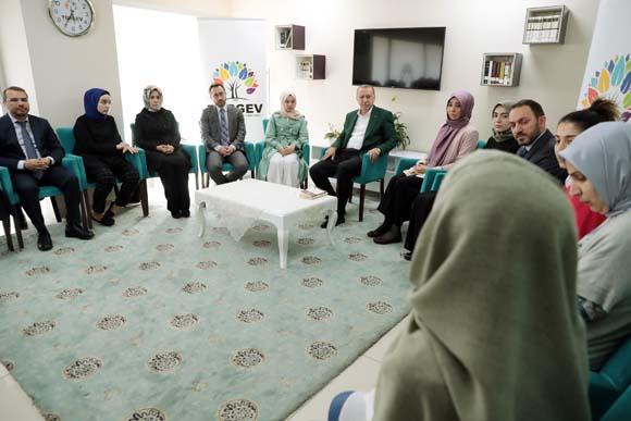 Cumhurbaşkanı Erdoğan, TÜRGEV yurdunu ziyaret etti