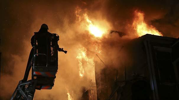 Beşiktaş'ta ahşap bina alev alev yandı