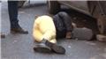 Sevgilisini sokak ortasında tekmeleyerek dövdü