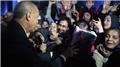 Cumhurbaşkanı Erdoğan vatandaşlarla sohbet etti, çocuklara hediye