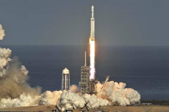 SpaceX, dünyanın en güçlü roketini spor arabayla birlikte uzaya fırlattı