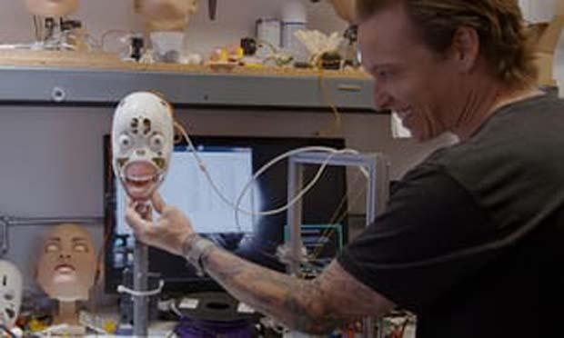 Şakalara gülen hatta bulaşık yıkayabilen seks robotu geliştirdiler