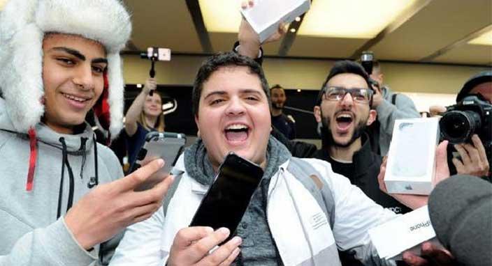 iPhone X için şimdiden Apple mağazalarının önünde kuyruklar oluştu
