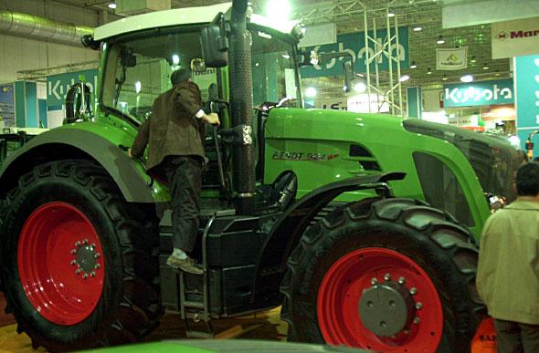 Büyük tarlalara 300 bin liralık dev traktör