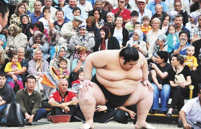 Sumo güreşçileri gösteri yaptı, kadınlar utandı