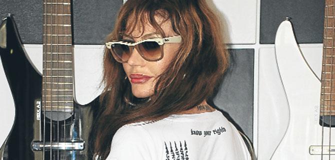 Angelina Jolie'nin  dövmeleri artık tişörtlerde