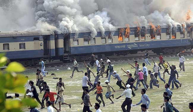 Yolcu treni göstericilerin arasına daldı: 5 ölü, 80 yaralı