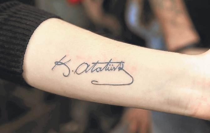 Atatürk aláírás tetoválás