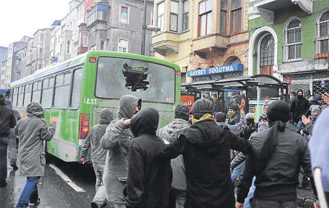 Otobüsü taşladılar itfaiyeyi yaktılar