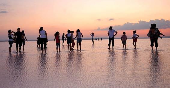 Tuz Gölünün bu manzarasını görmek için hayatlarını hiçe sayıyorlar
