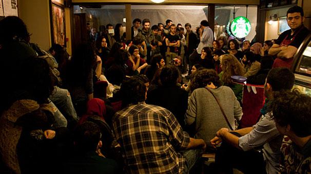 Boğaziçi öğrencileri Starbucks'ı işgal etti