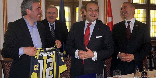 Hagiye Fenerbahçe forması hediye etti
