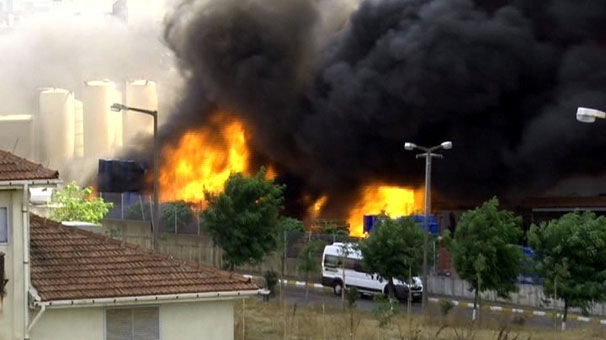 Tuzla Organize Sanayi Bölgesi'ndeki bir fabrikada yangın çıktı. Yangın yerine çok sayıda itfaiye sevk edildi