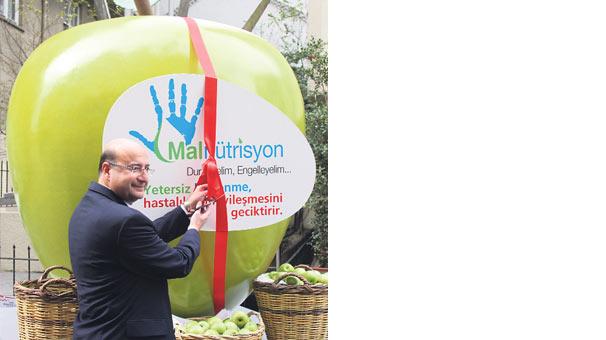 İstiklal'de dev elma!